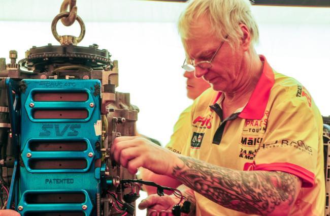死板师修补调校发动机,相等厉肃和凝神