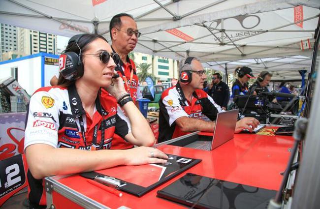 中国天荣队领队陈焕明(中)在沙迦大奖赛排位赛赛队指挥区