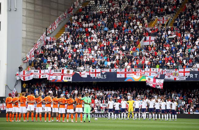 赛前为刚刚去世的前欧足联主席约翰逊默哀