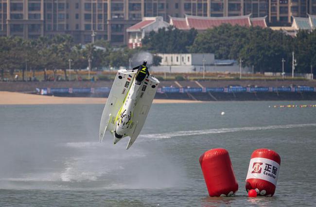 菲利普•洽培驾驶7号艇在厦门站排位赛上遭遇飞艇