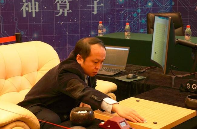 比赛中的由小川教授