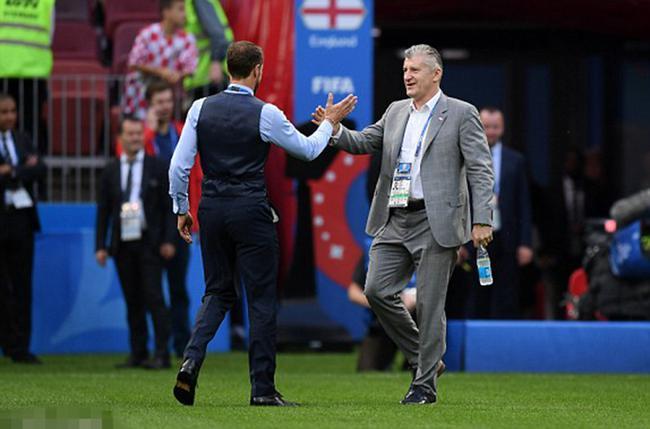 索斯盖特与克罗地亚足协主席苏克赛前互致问候