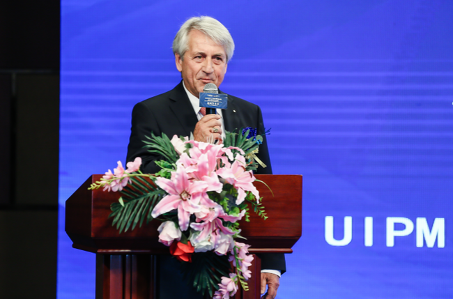 图为国际现代五项联盟主席克劳斯•舒曼致辞