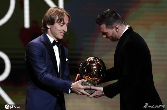 莫德里奇给梅西颁奖