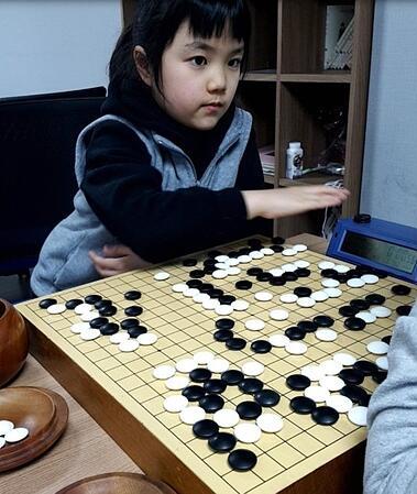 仲邑菫还有一个习惯,喜欢在对局中确认对方的面部表情。