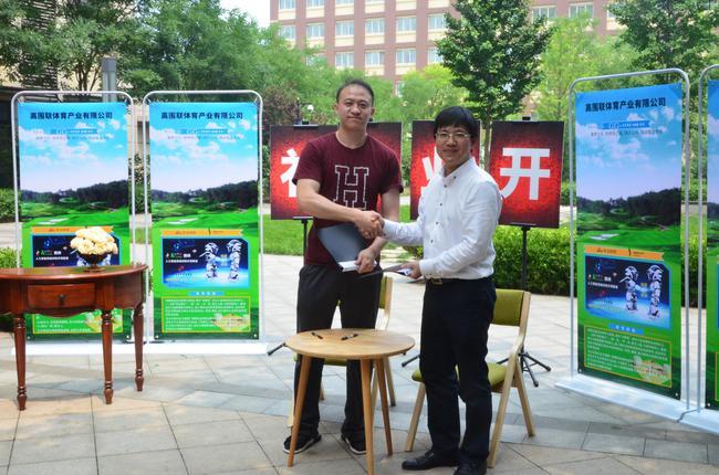 高围联公司董事长朱小军与新浪棋牌副主编张祺握手