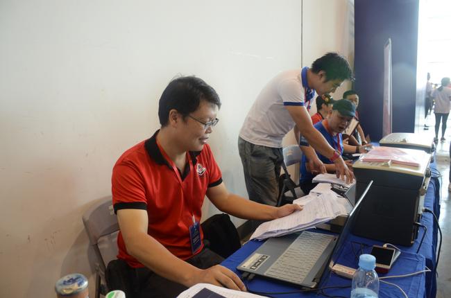 蒋谦在核对比赛人员信息