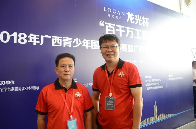 蒋谦(右)和他的老师合影