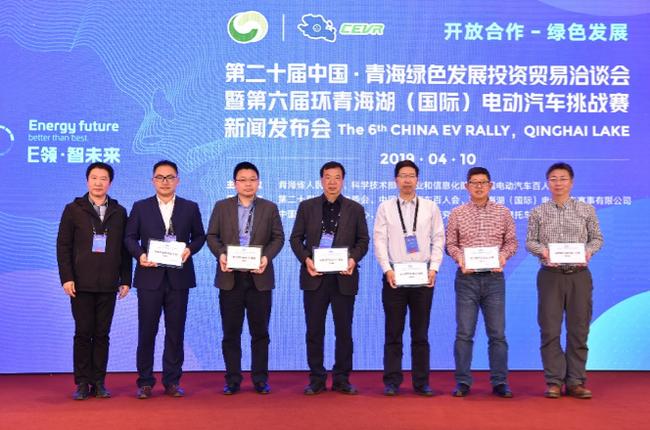 科学技术部高新技术司副司长曹国英为参会评审代表授牌
