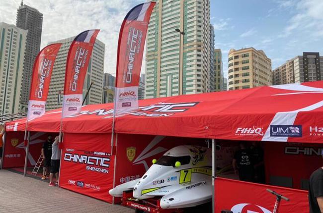 沙迦F1围场里的中国队帐篷,赛队人员在里面忙碌