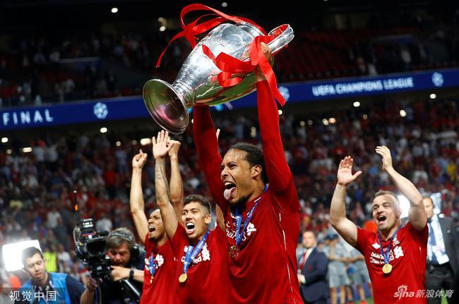范戴克举起欧冠奖杯