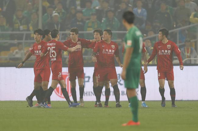 中超-李圣龙艾哈建功胡尔克伤退 上港2-0反超国安