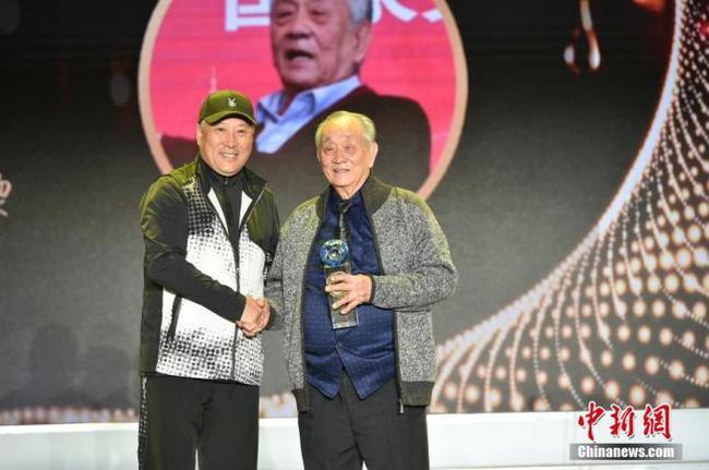 中国羽毛球队原总教练李永波为王文教献上奖杯