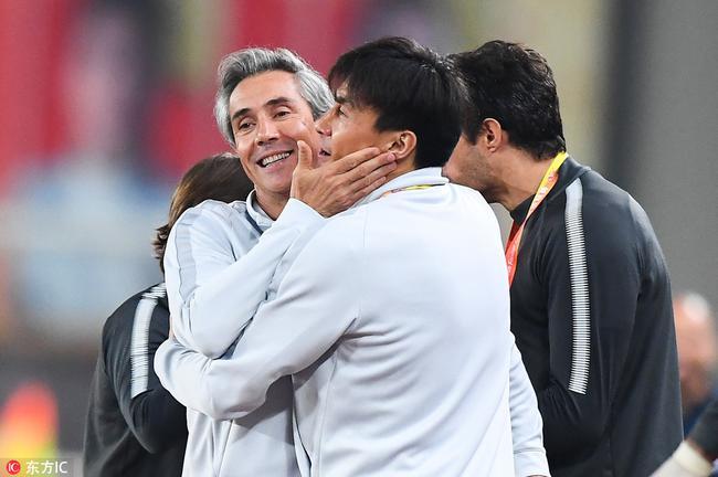 索萨和李玮锋拥抱