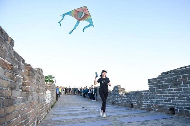 ASICS亚瑟士特制的向日葵风筝驰骋空中