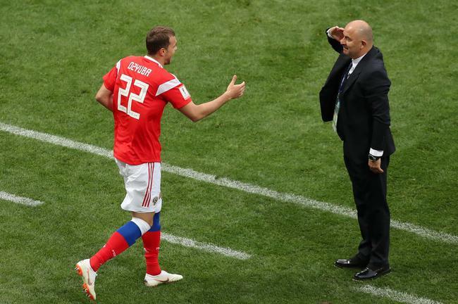 主教练切尔切索夫向久巴敬礼