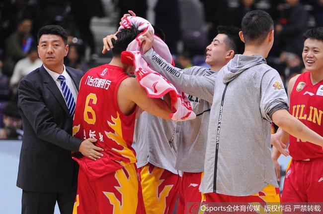 柴长易与队友庆祝胜利