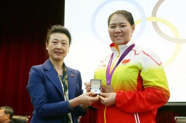李玲蔚向递补获得伦敦奥运会铜牌的链球活动员张文秀颁发了奖牌
