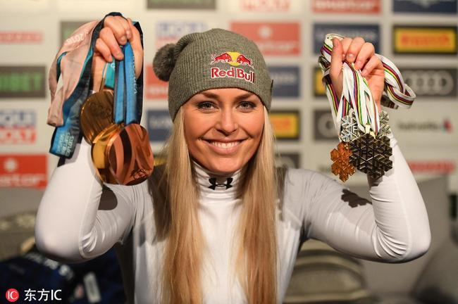 林赛-沃恩展示生涯所获奖牌