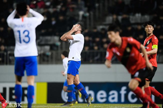 讽刺!中国球员再演停球五米远 把佩莱都看懵了