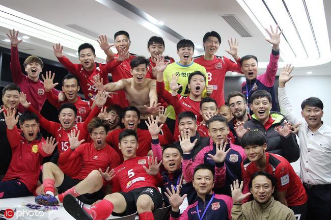 上海嘉定城发队员疯狂庆祝