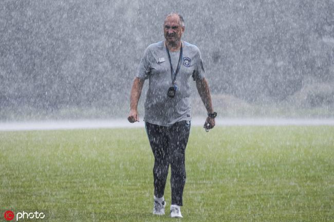 暴雨中施大爷监督训练拒绝偷工减料 直指周末三分