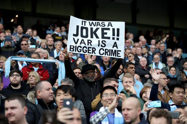 曼城球迷高举标语支持贝尔纳多