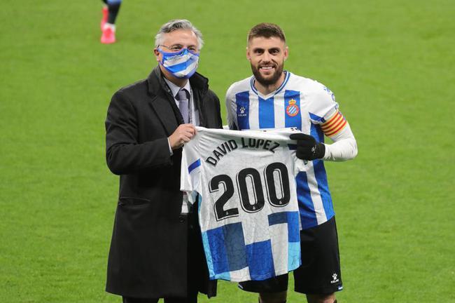 队长大卫-洛佩斯获赠200场纪念球衣