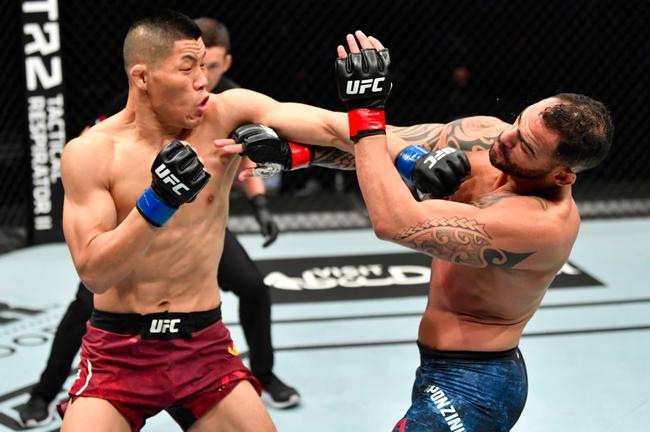 UFC李景亮一击KO彭兹尼比奥 武亚楠一致判定败北