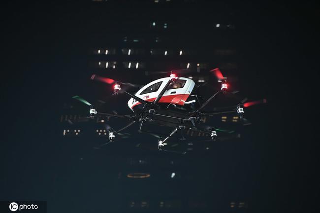 高科技!中超冠军奖杯与美女乘飞行器入场 太酷 图