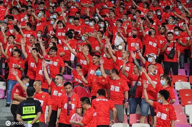 粤媒:近3万球迷助威广州德比燃爆了 两队顶住压力