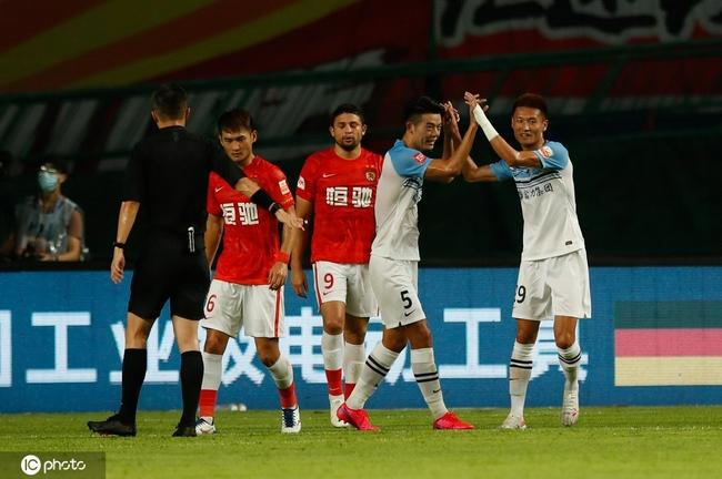 刚建功就摆乌龙!艾克森破自家球门 广州德比1-1