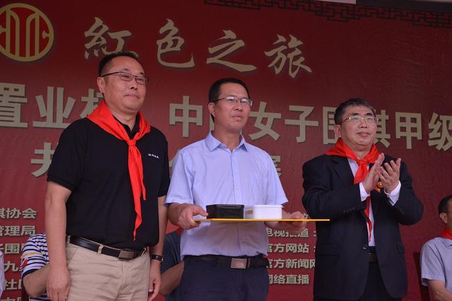 吴亚伟(左)与棋圣聂卫平一起捐赠围棋希望教室
