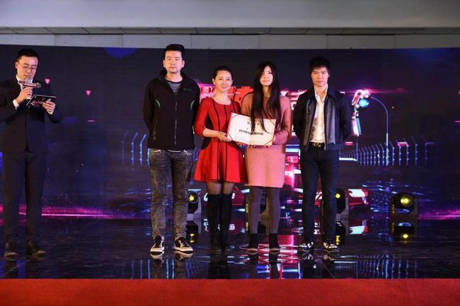 马青骅、北极虾与五星体育主持人小薇为获胜者颁奖