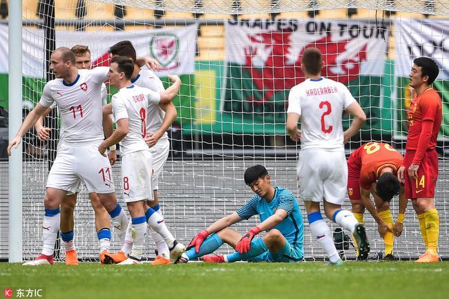 再造惨案!国足4分钟连丢3球1-4遭逆转 中国杯垫底