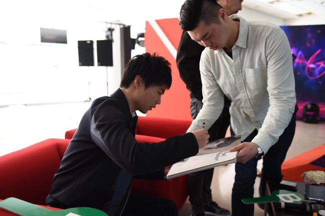 马青骅为车迷签名
