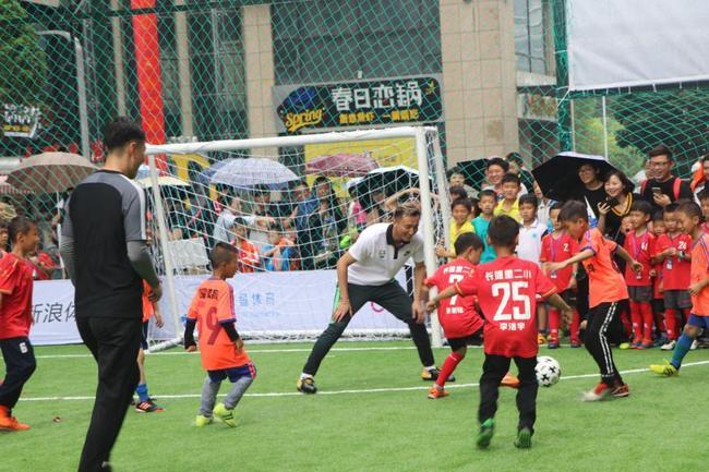 小球员在与足球大咖切磋技艺