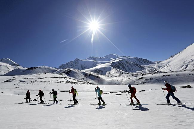 岗什卡雪山拥有丰富的冰雪资源,是开展滑雪登山等户外运动天然场地。(资料图)