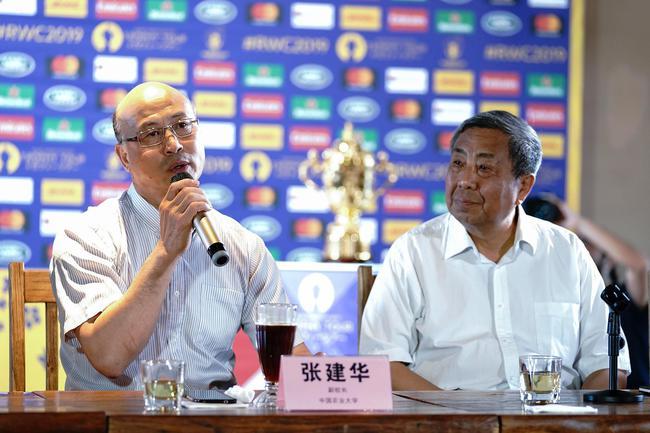 橄榄球世界杯奖杯巡展北京站:橄榄球至高荣耀登上长城