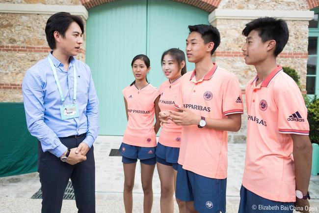 法网大使靳东再会中国球童 会为他们继续加油