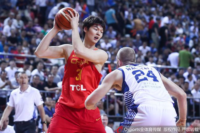王哲林空砍18+4 男篮红队首秀不敌澳大利亚