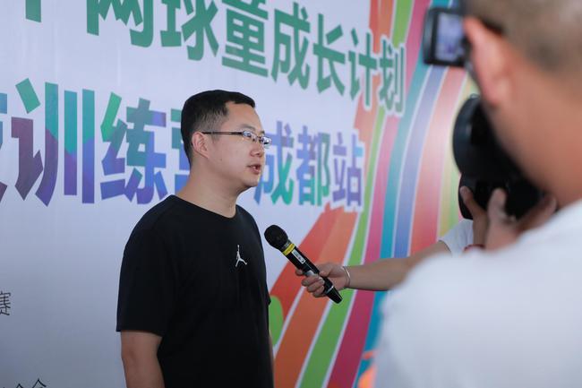 中国人寿保险股份有限公司成都市分公司总经理吴超接受媒体采访