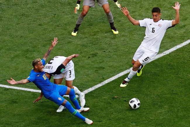 世界杯-内马尔+库鸟补时破门 VAR否点球 巴西2-0