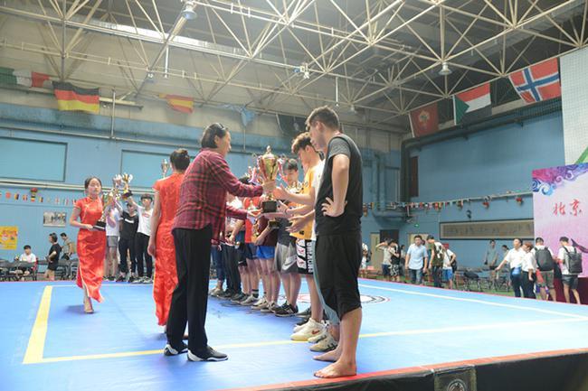 北京武术院院长彭红女士为冠军颁奖