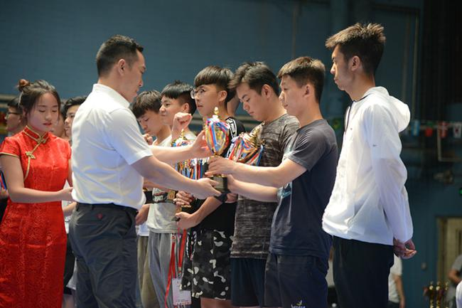 捍能国际创始人、本次赛事副总裁判长胡晋领先生为季军颁奖