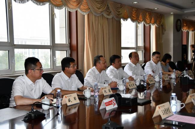 人和控股副总裁、大连足球小镇产业发展有限公司董事长苏世公(左四)