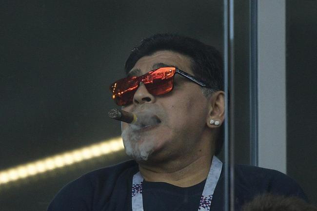 老马在球场内抽烟