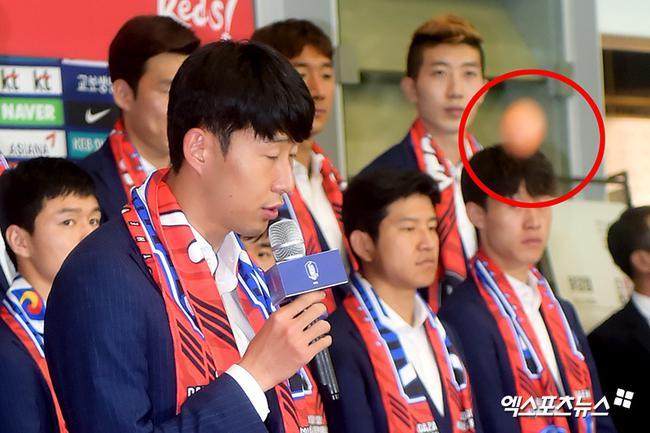 韩国球员回国后,被扔鸡蛋
