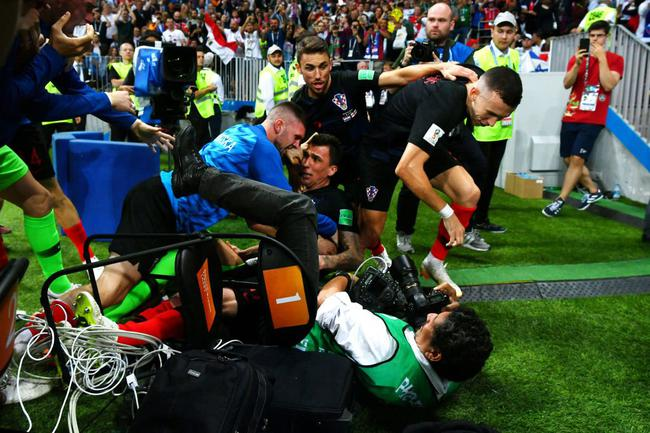 摄影师被狂喜庆祝的克罗地亚队员压倒