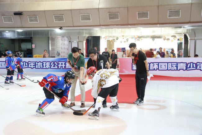 奥山冰场负责人魏巍(左)与新浪体育商业频道总监赵迪(中)共同为比赛开球